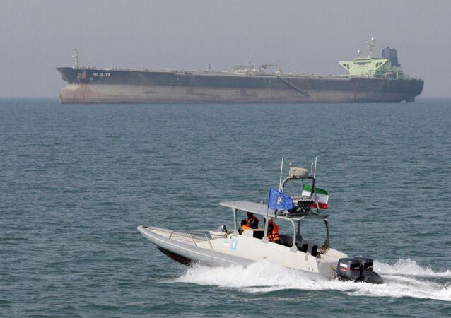 Un buque petrolero y una lancha de la Guardia Revolucionaria Islámica (archivo)