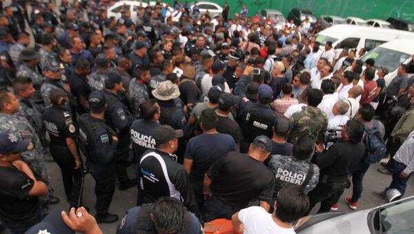Elementos de la Policía Federal bloquean la carretera México-Pachuca en repudio a la Guardia Nacional - Sputnik Mundo