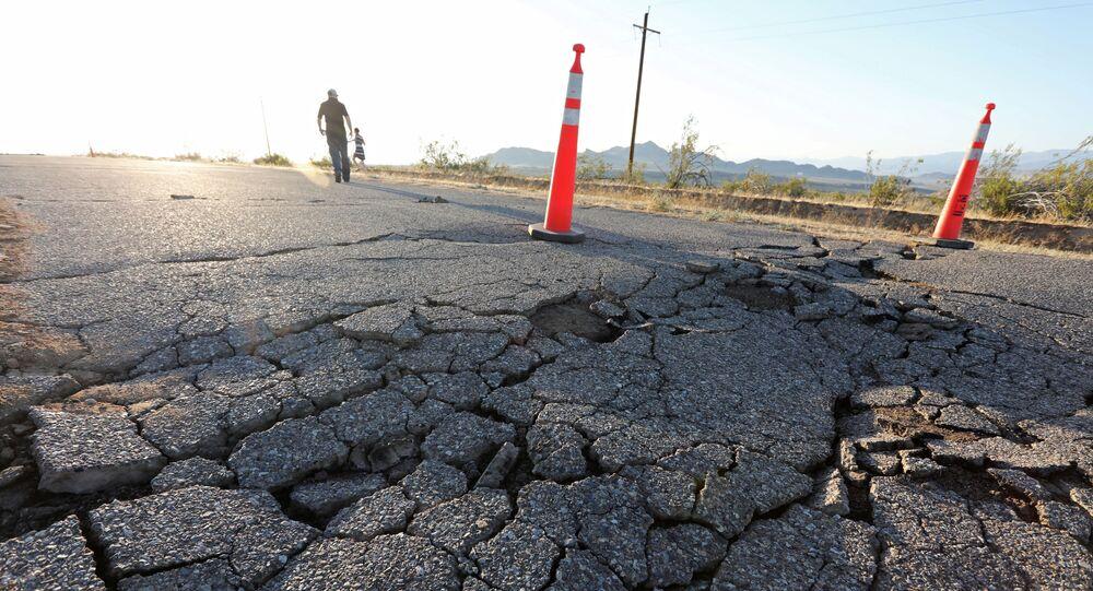 Fisuras en la tierra tras el terremoto en California, EEUU