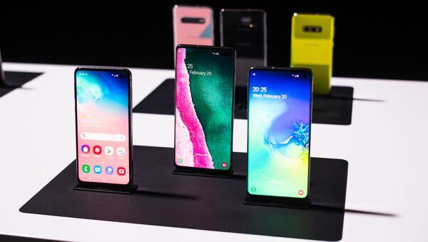 Los teléfonos inteligentes Samsung Galaxy S10 - Sputnik Mundo