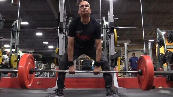 Un levantador de pesas de 75 años pone la mira en el campeonato mundial - Sputnik Mundo
