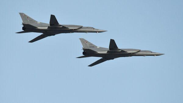 Los bombarderos rusos Tu-22M3 durante el desfile aéreo en Minsk, Bielorrusia - Sputnik Mundo