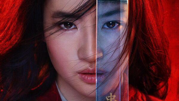 El cartel de cine de la película Mulan - Sputnik Mundo