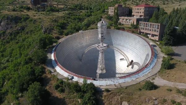 El gigantesco radiotelescopio abandonado en las montañas de Armenia - Sputnik Mundo