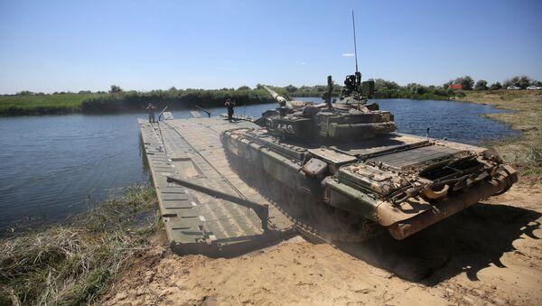 Танк Т-90А выполняет заезд на понтонный мост во время показного занятия на полигоне Прудбой Южного военного округа в Волгоградской области - Sputnik Mundo