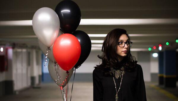 Una muchacha con globos - Sputnik Mundo