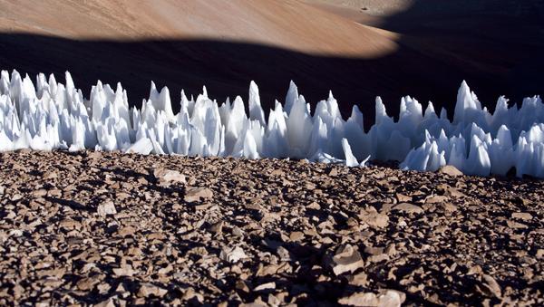 Nieves penitentes en el extremo sur de la meseta de Chajnantor, en Chile - Sputnik Mundo