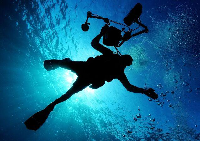 Un buzo bajo el agua (imagen referencial)