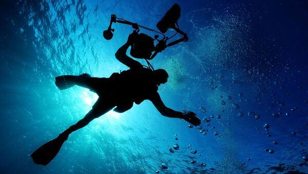Un buzo bajo el agua (imagen referencial) - Sputnik Mundo