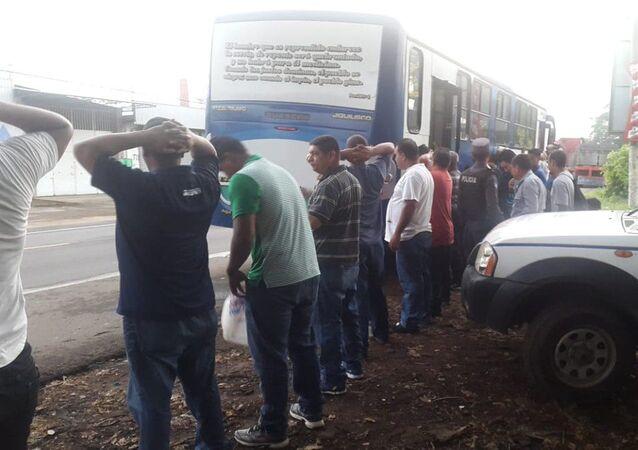 La Policía de El Salvador aborda buses