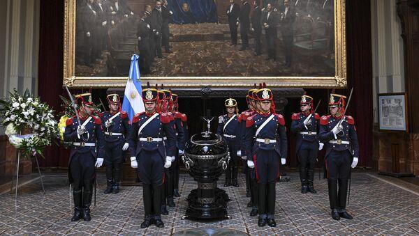 La guardia de honor cerca del ataúd del expresidente argentino Fernando De la Rúa - Sputnik Mundo