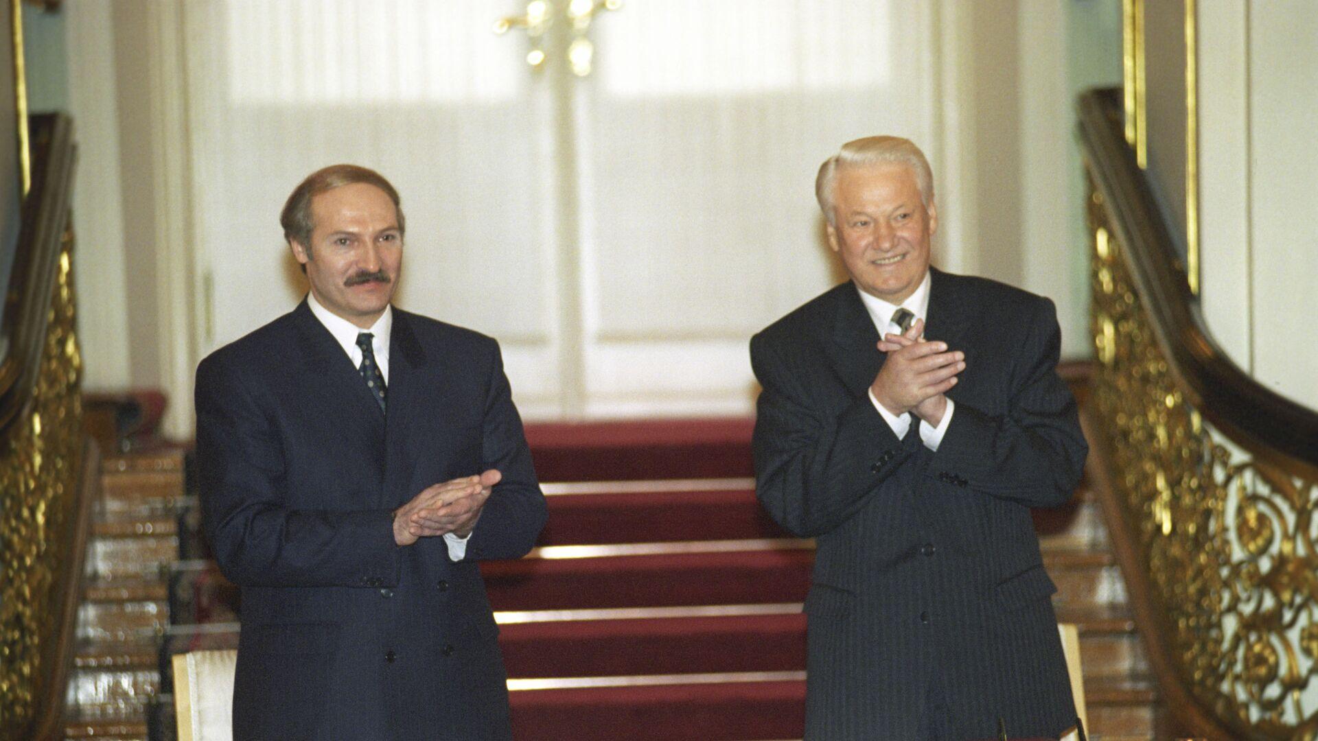 El presidente de Bielorrusia, Aleksandr Lukashenko, y el entonces presidente de Rusia, Borís Yeltsin, firman el tratado sobre la creación de la Comunidad de Rusia y Bielorrusia - Sputnik Mundo, 1920, 31.03.2021