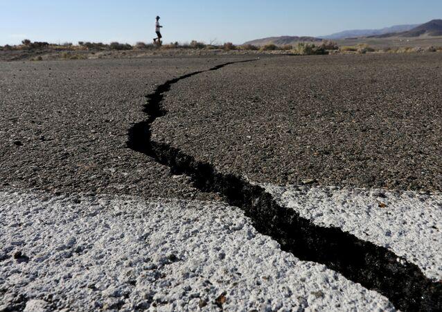 Una grieta en la carretera provocada por el terremoto registrado en California