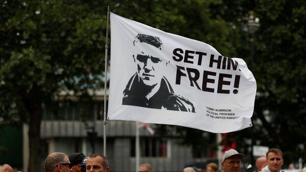 Bandera con la imagen del activista ultranacionalista inglés Tommy Robinson - Sputnik Mundo