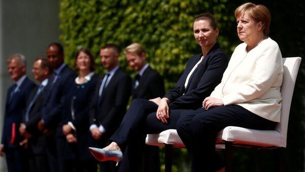 La primera ministra danesa, Mette Frederiksen, y la canciller alemana, Angela Merkel - Sputnik Mundo