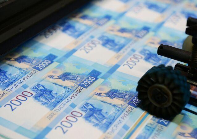 Una máquina imprime billetes por valor de 2.000 rublos