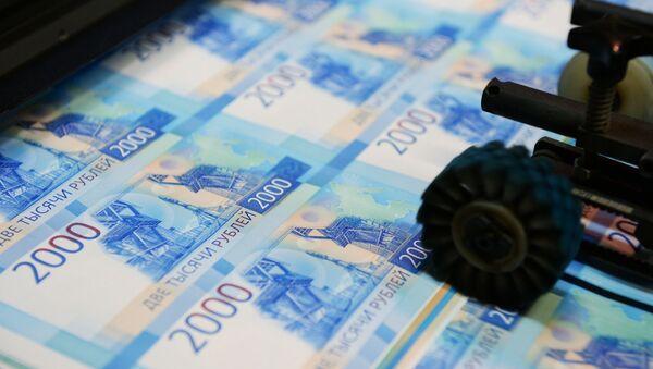Una máquina imprime billetes por valor de 2.000 rublos   - Sputnik Mundo