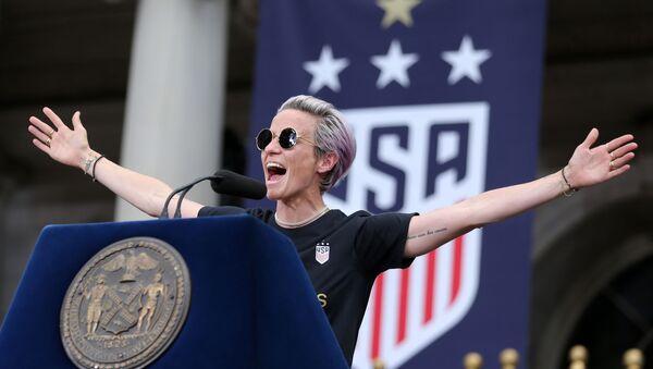 Megan Rapinoe, capitana de la selección femenina de fútbol de EEUU, dando un discurso en Nueva York - Sputnik Mundo