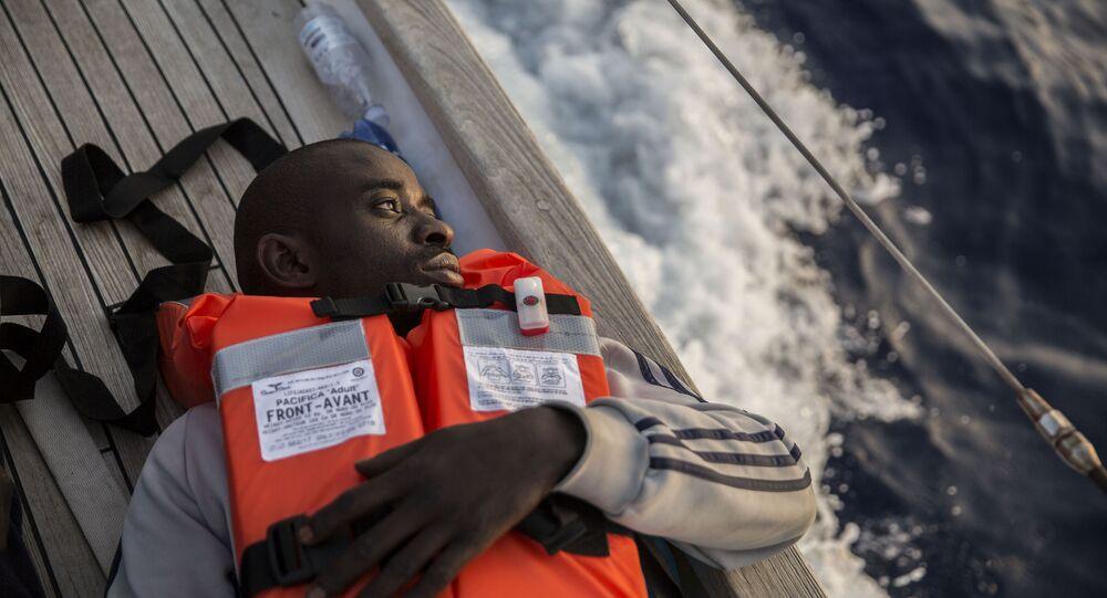 Un migrante a bordo de un barco de la ONG Mediterranea Saving Humans que navega cerca de las costas de la italiana de Lampedusa