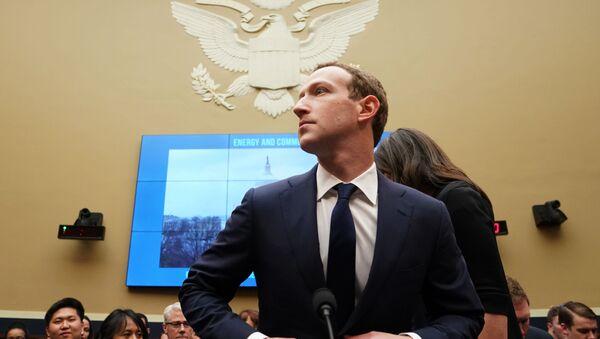 Mark Zuckerberg testifica ante el Congreso de EEUU tras el escándalo de filtración de datos personales de los usuarios de Facebook, en Washinhton, el 11 de abril de 2018 - Sputnik Mundo