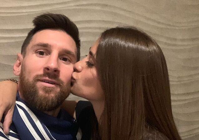 Lionel Messi con su esposa