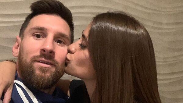 Lionel Messi con su esposa - Sputnik Mundo