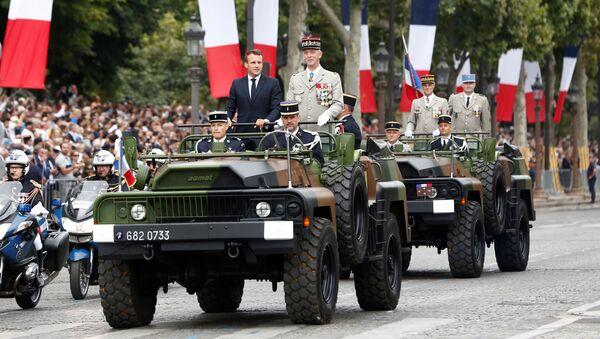 Emmanuel Macron, presidente de Francia durante el día de la Toma de la Bastilla - Sputnik Mundo