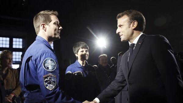 Emmanuel Macron saluda al cosmonauta francés Thomas Pesquet - Sputnik Mundo