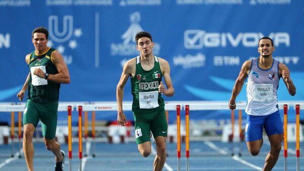 El atleta mexicano Arodi Vega (centro) en la Universiada 2019 - Sputnik Mundo
