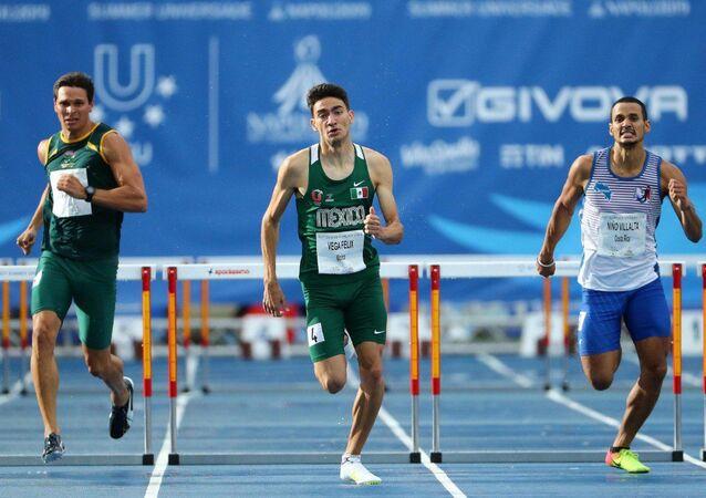 El atleta mexicano Arodi Vega (centro) en la Universiada 2019