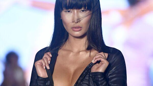Los bikinis no entienden de tallas en la Semana de la moda de Miami - Sputnik Mundo