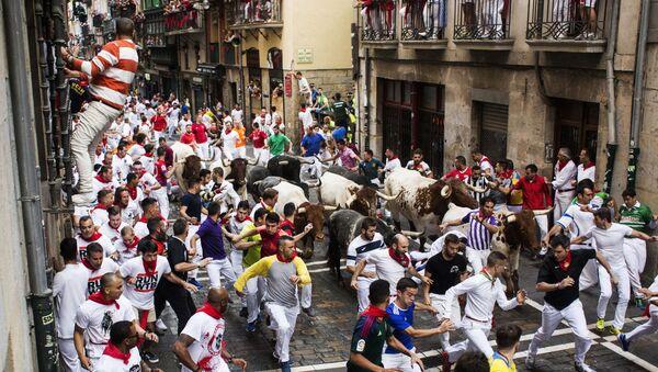 Los toros vuelven a recorrer las calles de Pamplona durante los Sanfermines  - Sputnik Mundo