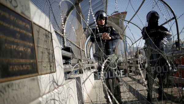 Policías en la frontera entre México y EEUU - Sputnik Mundo