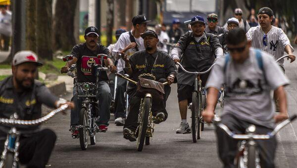 Fernando, en su bici dorada, presidente del club 'Chilangos Low Bike' durante una rodada en Ciudad de México - Sputnik Mundo