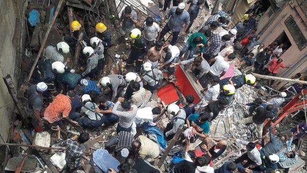 Derrumbe de un edificio de cuatro pisos en Bombay, la India - Sputnik Mundo