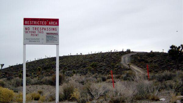 Una señal avisa de que el Área 51 está cerca - Sputnik Mundo
