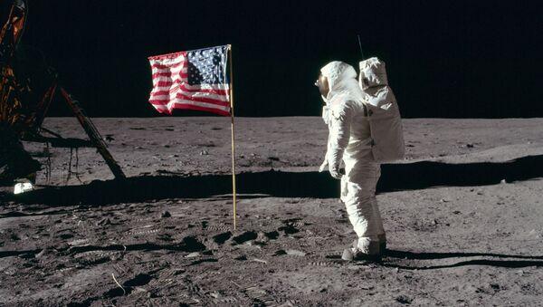 El astronauta estadounidense Buzz Aldrin en la superficie lunar en 1969. La foto fue tomada por Neil Armstrong  - Sputnik Mundo