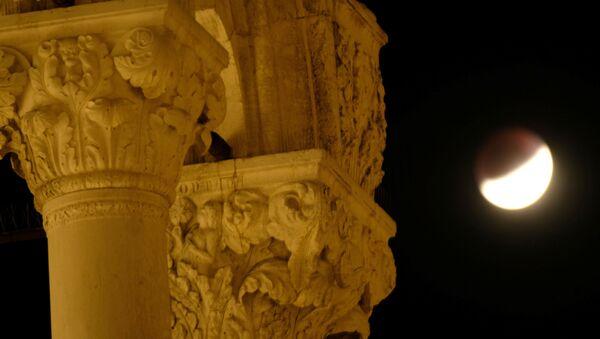 Eclipse lunar visto desde Venecia, Italia - Sputnik Mundo