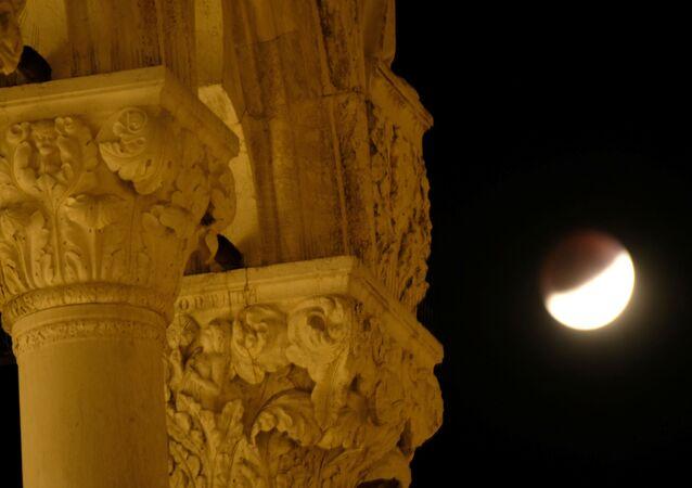 Eclipse lunar visto desde Venecia, Italia