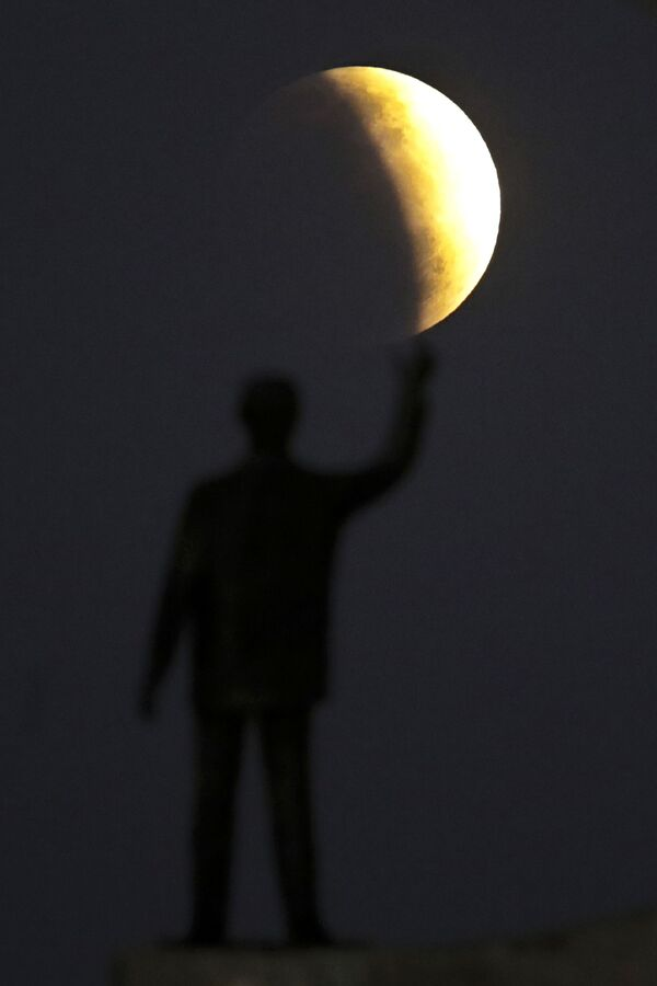 Las fotos del eclipse lunar parcial a lo largo del mundo - Sputnik Mundo