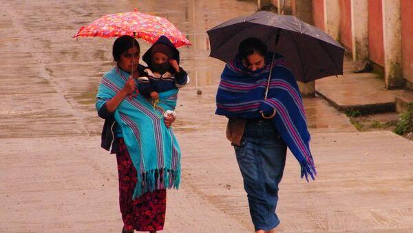 Mujeres con bufandas de rebozo (imagen referencial) - Sputnik Mundo