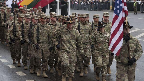 Tropas de EEUU marchan en un desfile militar en Lituania - Sputnik Mundo