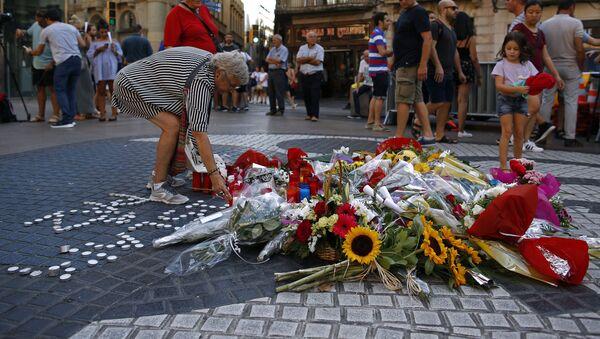 La gente rinde homenaje a las víctimas del atentado en La Rambla, Barcelona - Sputnik Mundo