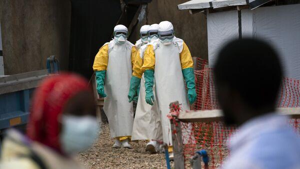 Profesionales de la salud vestidos con trajes de protección comienzan su turno en un centro de tratamiento del ébola en la República Democrática del Congo - Sputnik Mundo
