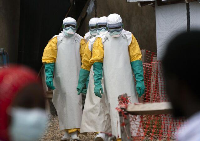 Profesionales de la salud vestidos con traje de protección comienzan su turno en un centro de tratamiento del ébola en la República Democrática del Congo