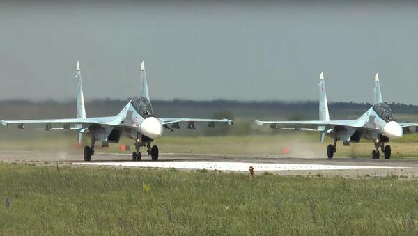 Dos cazas Su-30MK a punto de despegar - Sputnik Mundo