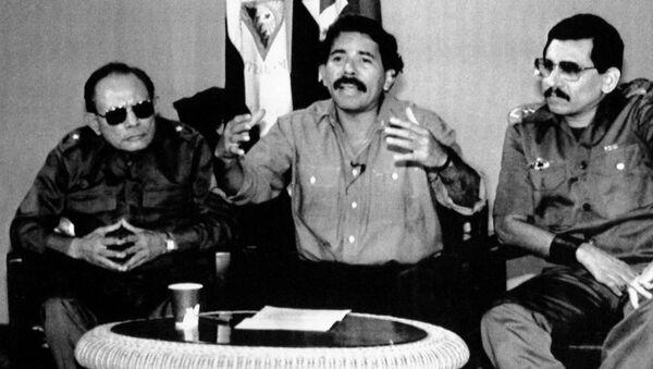 Tomás Borge, Daniel Ortega y Humberto Ortega, durante una conferencia de prensa en 1989 - Sputnik Mundo