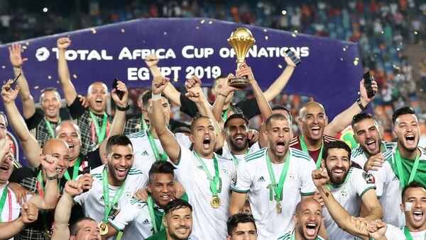 Selección de Argelia celebra la victoria en la Copa Africana de Naciones de 2019, en el Cairo (Egipto), el 19 de julio de 2019 - Sputnik Mundo