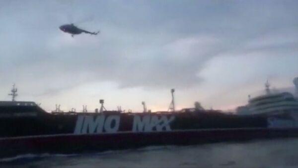 Un helicóptero sobre el buque petrolero británico Stena Impero - Sputnik Mundo
