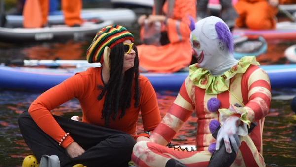 Pulpos, esqueletos e indígenas navegan en tablas por el río Neva en San Petersburgo  - Sputnik Mundo